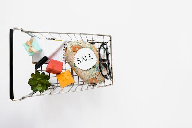 Vista superior do carrinho de cortar com adesivo de venda Foto gratuita