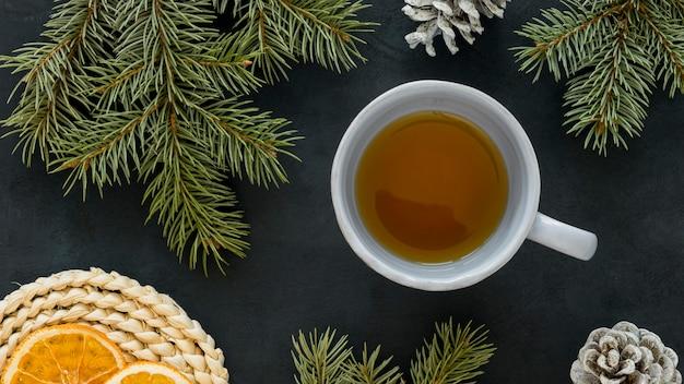 Vista superior do chá com agulhas de limão e pinheiro Foto Premium