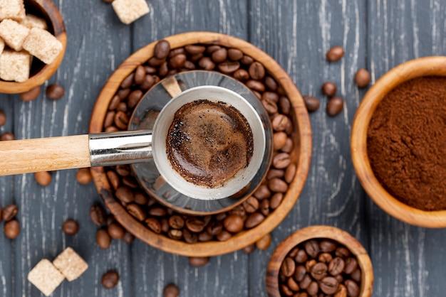Vista superior do conceito de café com mesa de madeira Foto gratuita