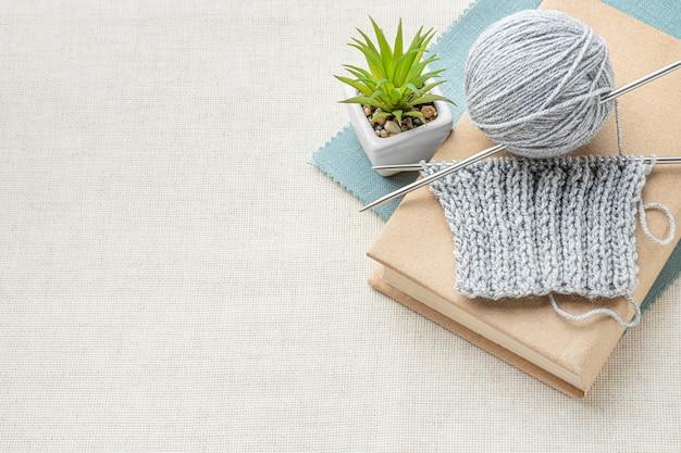 Vista superior do conjunto de crochê com fios e espaço de cópia Foto gratuita