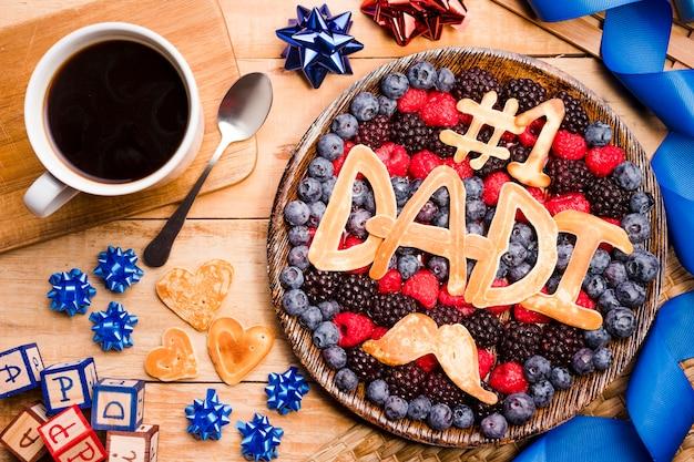 Vista superior do dia dos pais sobremesa com café Foto gratuita