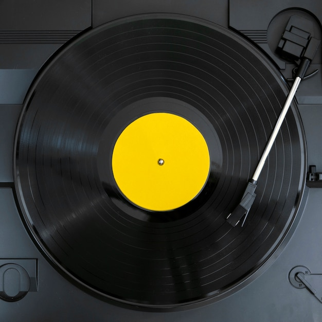 Vista superior do disco de vinil em reprodução Foto gratuita