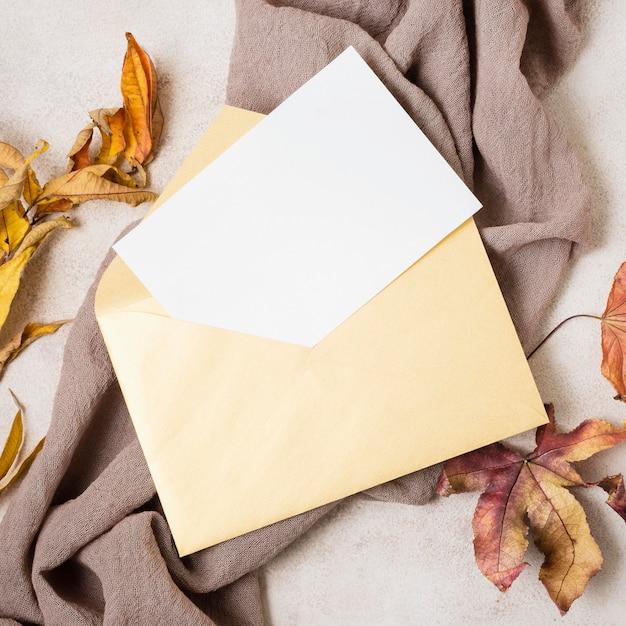 Vista superior do envelope com folhas de outono Foto Premium