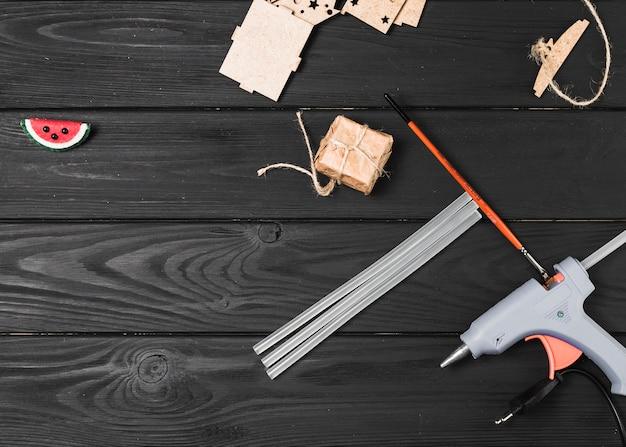 Vista superior do equipamento de ofício no cenário de madeira Foto gratuita
