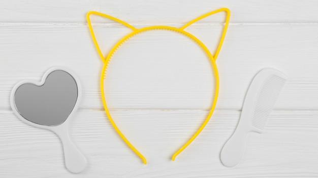 Vista superior do espelho e pente com orelhas de gato para chá de bebê Foto gratuita