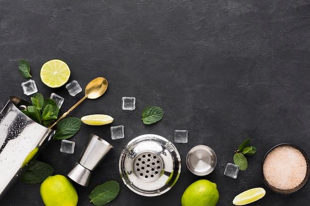 Vista superior do essencial de coquetel com hortelã e limão Foto Premium