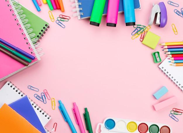 Vista superior do essencial de volta às aulas com notebooks Foto gratuita