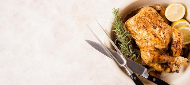 Vista superior do frango assado no dia de ação de graças com talheres e espaço de cópia Foto Premium