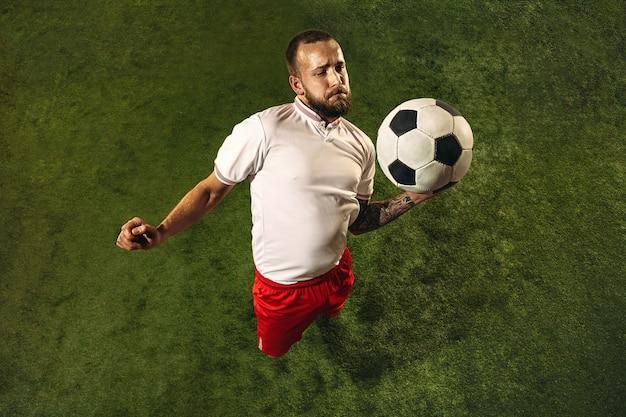 Vista superior do futebol caucasiano ou jogador de futebol no verde Foto gratuita