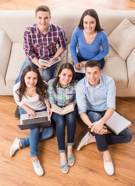 Vista superior do grupo de estudantes estão sentados no sofá. Foto Premium