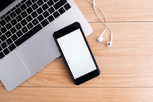 Vista superior do local de trabalho designer com simulado smartphone na mesa. Foto Premium