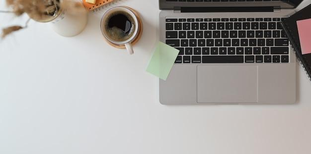 Vista superior do local de trabalho do freelancer com computador portátil Foto Premium