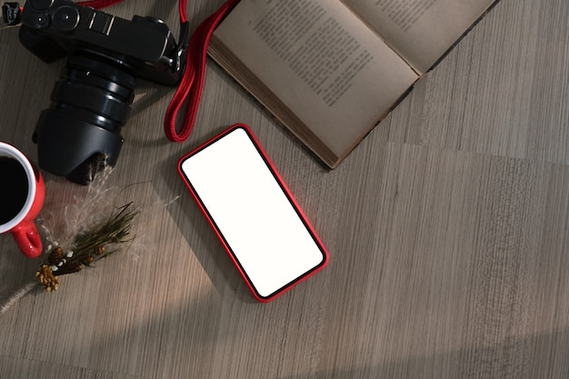 Vista superior do local de trabalho freelancer com câmera, notebook, telefone inteligente com tela em branco para montagem de display gráfico. Foto Premium