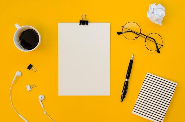 Vista superior do material de escritório com uma xícara de café e copos Foto Premium