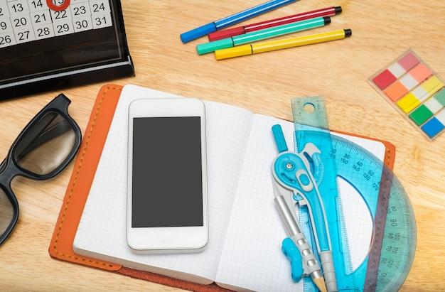 Vista superior do notebook com celular Foto Premium