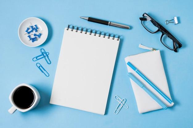 Vista superior do notebook e da xícara de café Foto gratuita