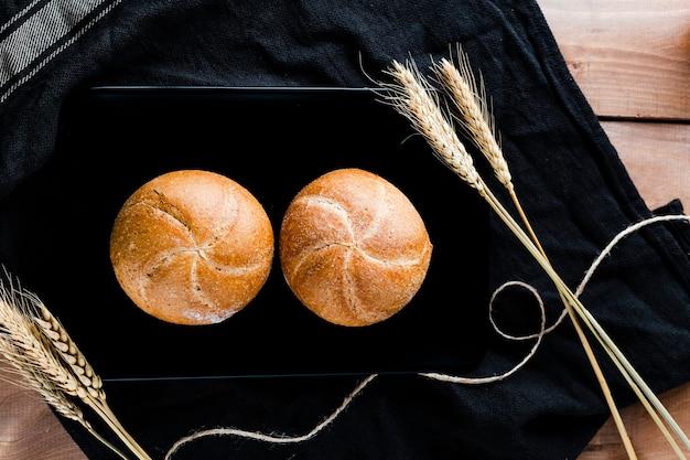 Vista superior do pão no pano na mesa de madeira Foto gratuita