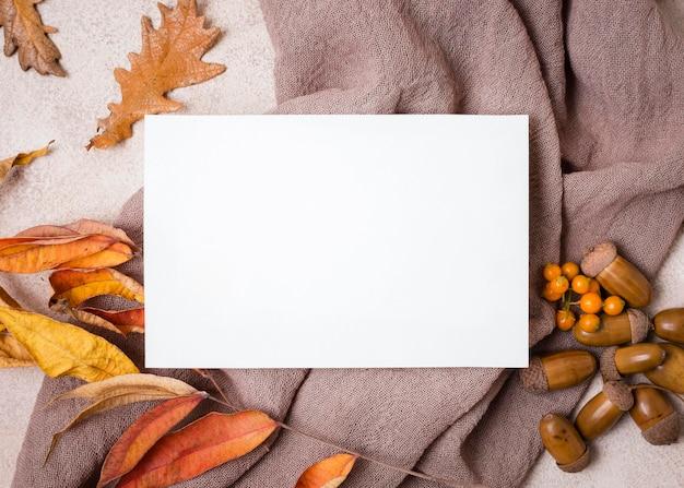 Vista superior do papel com folhas de outono e bolotas Foto gratuita