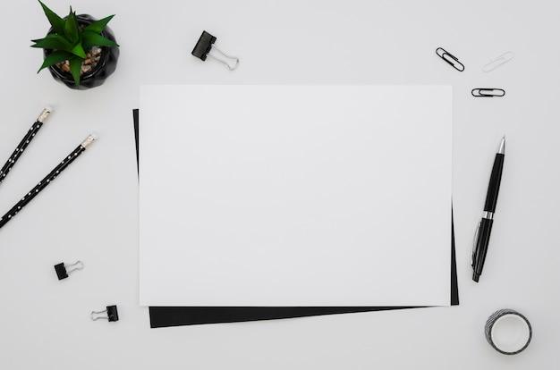 Vista superior do papel horizontal com material de escritório Foto gratuita