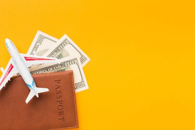 Vista superior do passaporte e dinheiro com espaço de cópia Foto gratuita