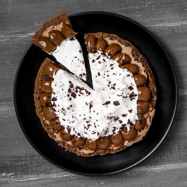 Vista superior do prato com bolo e fatia Foto gratuita