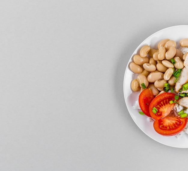 Vista superior do prato com feijão e cópia espaço Foto gratuita