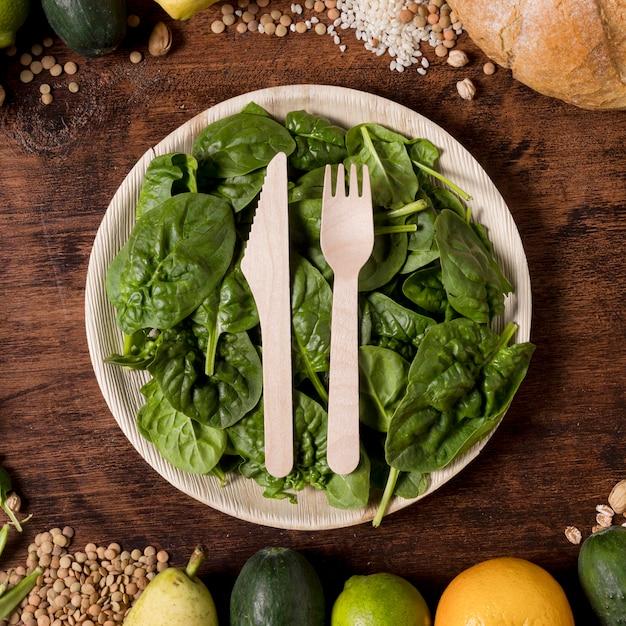 Vista superior do prato com folhas de espinafre Foto gratuita