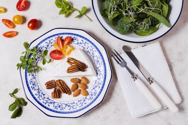 Vista superior do prato com nozes e salada Foto gratuita