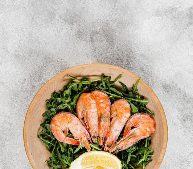 Vista superior do prato com salada e camarão Foto gratuita