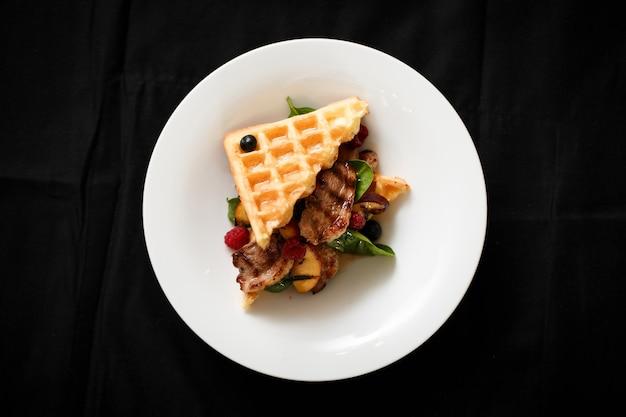 Vista superior do prato de carne com bagas de frutas grelhadas Foto Premium