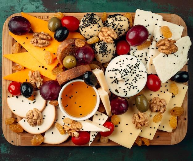 Vista superior do prato de queijo fresco Foto gratuita