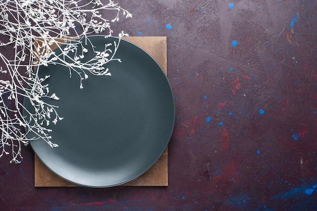 Vista superior do prato escuro vazio formado na superfície escura Foto gratuita