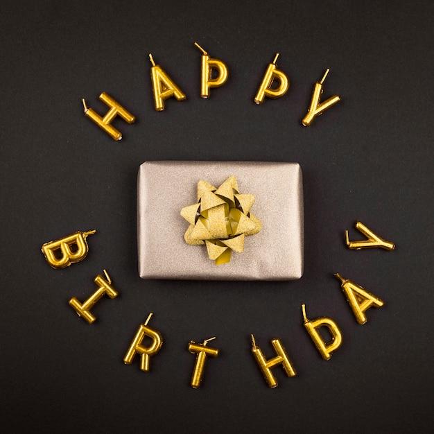 Vista superior do presente de aniversário e velas Foto gratuita