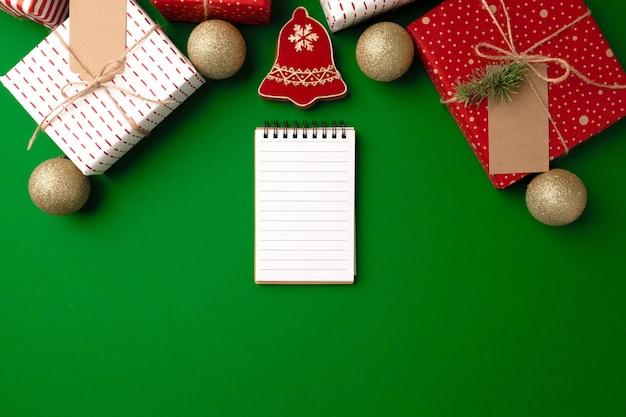 Vista superior do presente de natal decorado e biscoito de gengibre Foto Premium