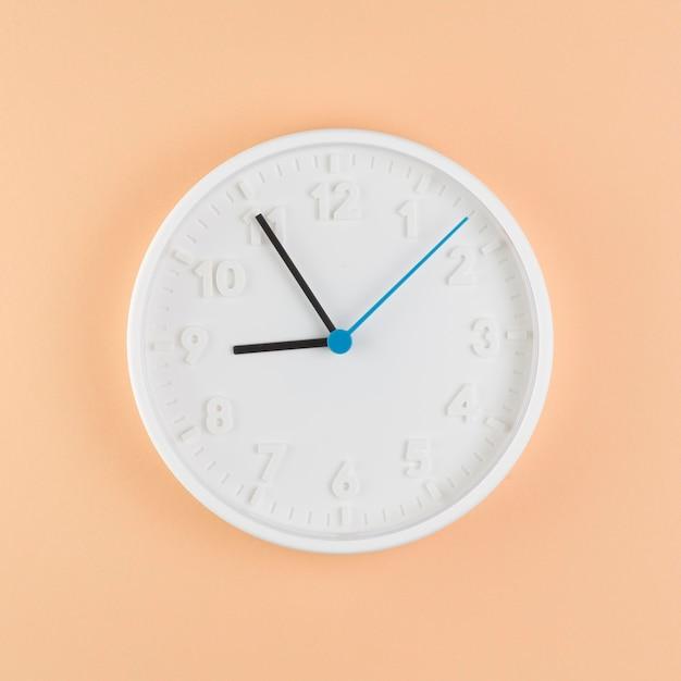 Vista superior do relógio na mesa Foto gratuita