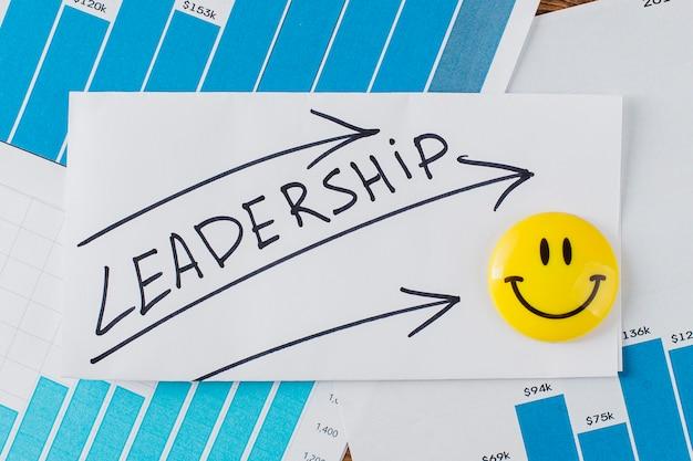 Vista superior do rosto sorridente com a palavra liderança Foto gratuita