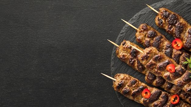 Vista superior do saboroso kebab no prato com espaço de cópia Foto gratuita