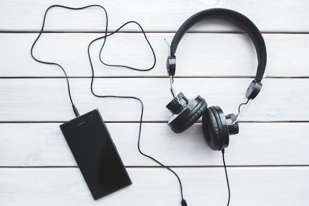 Vista superior do smartphone com fones de ouvido Foto gratuita