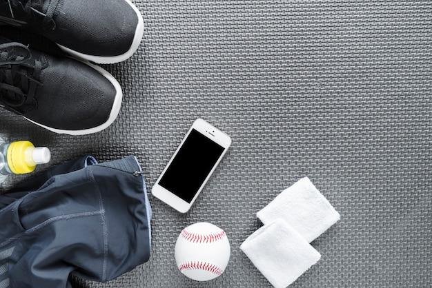 Vista superior do smartphone rodeado de sportswear Foto gratuita