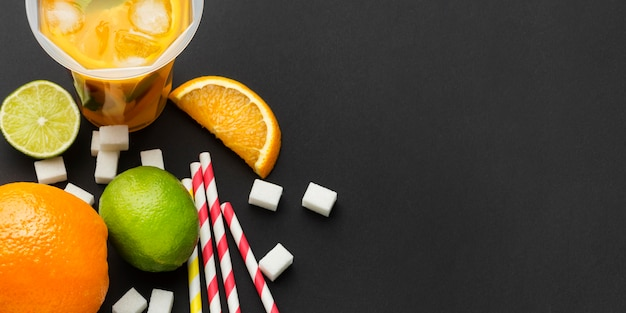Vista superior do suco de fruta em copos com canudos Foto gratuita
