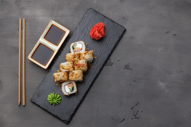 Vista superior do sushi roll com raspas de atum servidas no prato Foto Premium