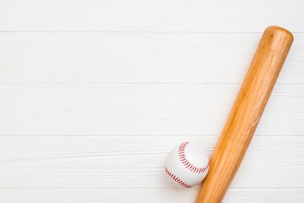 Vista superior do taco de madeira e beisebol Foto gratuita