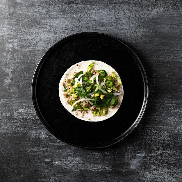 Vista superior do taco vegetariano no prato Foto gratuita