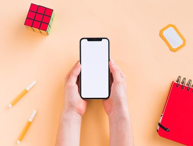 Vista superior do telefone e notebook em branco Foto gratuita