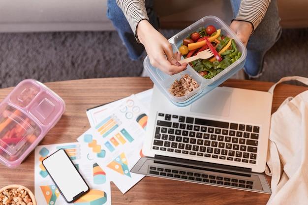 Vista superior do trabalho em casa e comida Foto gratuita