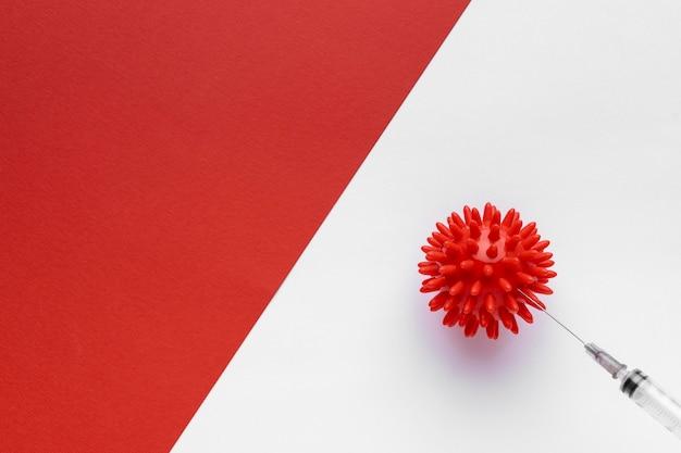 Vista superior do vírus com seringa e espaço de cópia Foto gratuita