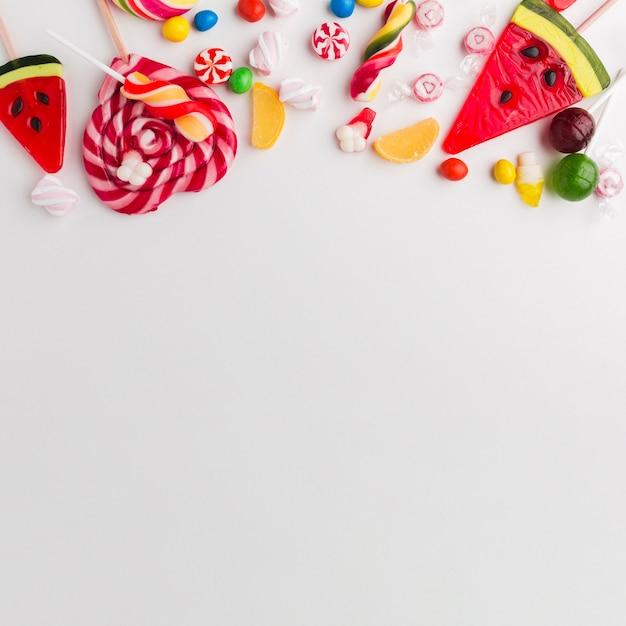 Vista superior doces deliciosos com espaço de cópia Foto gratuita