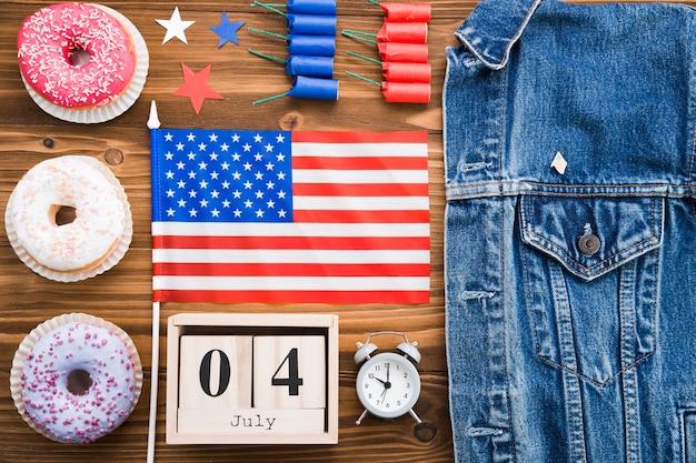 Vista superior dos atributos do dia da independência americana Foto gratuita