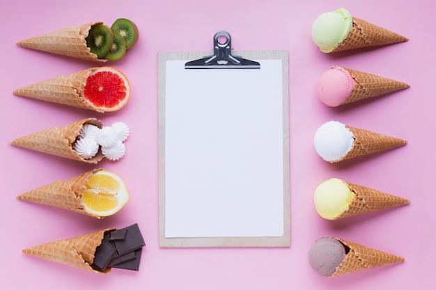 Vista superior dos cones de sorvete com prancheta Foto Premium