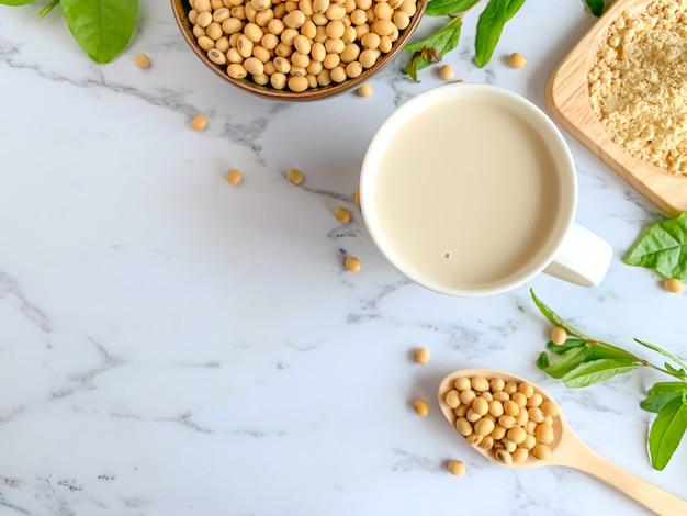 Vista superior dos copos de leite de soja Foto Premium